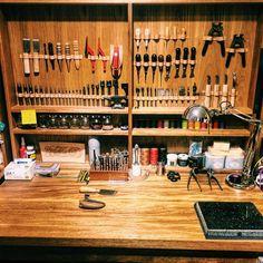 Louis Vuitton Monogram Crosss Body Leather Handles Canvas Handbag Speedy Bandouliere 25 Article: – The Fashion Mart Leather Carving, Leather Art, Leather Gifts, Leather Tooling, Leather Working Tools, Leather Craft Tools, Leather Projects, Workshop Storage, Workshop Ideas