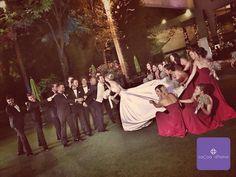Fernanda, tu #momentoCocoa merece un fuerte aplauso. Nos encanta la composición de la imagen, y podemos ver que fue un evento verdaderamente divertido y amoroso que es el principal motivo de todas las bodas. #Marsala #DamasDeHonor