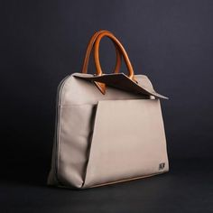 In addition, there's the pieced leather at the bottom that makes the bag look more three dimensional and prevents abrasion at the same time.