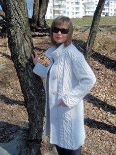 Вязаное пальто (140 фото): женское пальто с капюшоном, для полных женщин, длинное, с чем носить пальто, оверсайз, бохо, пальто-кейп
