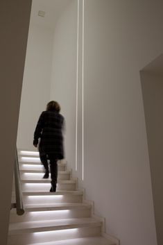 iGuzzini - Lighting Innovation For People Cove Lighting, Stair Lighting, Linear Lighting, Interior Lighting, Commercial Interior Design, Office Interior Design, Arch Light, Stair Railing Design, Stairs Architecture