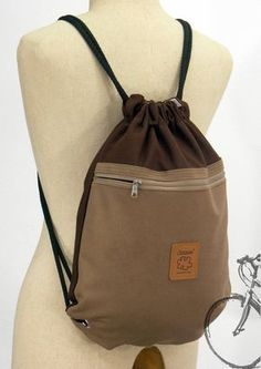 Canvas backpack, Zipper drawstring bag, Brown Backpack, 2 pocket inside + cotton lining or waterproof lining Lona morral dos color hat die Farbe des Ordens Backpack Bags, Leather Backpack, Brown Backpacks, Canvas Backpacks, Drawstring Bag Diy, Mochila Jeans, Diy Bags Purses, Simple Bags, Fabric Bags