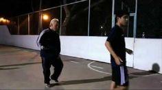 Dziadek przyszedł na boisko i zawstydził wszystkich młodych graczy • Staruszek daje lekcję futbolu dużo młodszym • Zobacz film >>