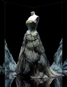 Christian Dior is celebrated for its 70 years as a couture house at the Musée des Arts Decoratifs, Paris. from 5 July 2017 through 7 January Image- robe Junon, Haute couture automne-hiver 1949 Dior Vintage, Vintage Couture, Vintage Fashion, Robes Christian Dior, Christian Dior Designer, Dior Fashion, Fashion Books, Fashion News, Fashion 2018