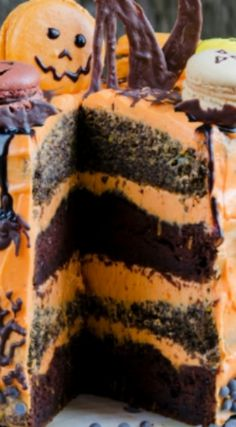 Macaron Halloween Cake ~ This cake looks like you ordered it from a bakery or professional cake maker, but it is shockingly simple to make. Halloween Chocolate Cake, Spooky Halloween Cakes, Halloween Party, Ghost Cake, Desserts Menu, Cake Makers, Cake Toppings, Dessert Table, Macarons