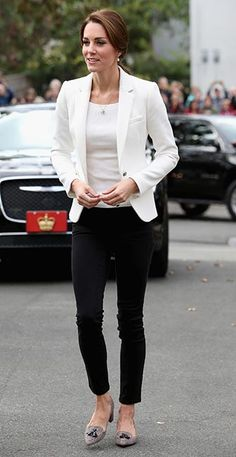 Kate Middleton - The Outfit: White Blazer + White Top + Black Skinny Jeans + Pointed Block Heels What We Love: Kate Middleton defined classic-chic with her put-together ensemble. The tassels on her shoes added a quirky touch to her outfit. Moda Kate Middleton, Looks Kate Middleton, Estilo Kate Middleton, Kate Middleton Fashion, Kate Middleton Jeans, Kate Middleton Outfits, Princess Kate Middleton, Business Outfit Frau, Business Outfits Women