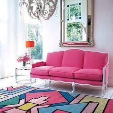 ラグジュアリーでロマンチックな家具や小物の空間にこんなカラフルなラグが加えると、遊び心のあるくつろぎ空間になります。