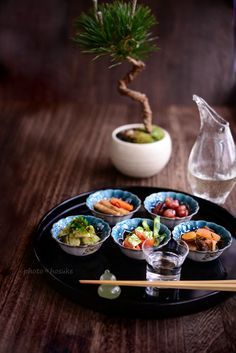 Sake (japanese wine) with munchies: Japanese Dishes, Japanese Food, Japanese Wine, Cute Food, Good Food, Recipes From Heaven, Food Presentation, Food Design, Bento