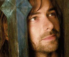 Kili gazes adoringly at Tauriel (Aidan Turner in The Hobbit: Desolation of Smaug)
