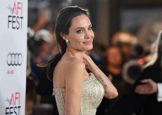 Pese a ser una de las grandes estrellas de Hollywood de su generación, haber llegado a formar una familia que parecía perfecta y ser reconocida por su labor humanitaria, la vida de Angelina Jolie no ha sido nada fácil y ha estado marcada por numerosos escándalos. (Foto de Jason Merritt/Getty Images).