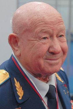 Первый человек в открытом космосе Cоветский космонавт Алексей Архипович Леонов совершил первый в истории человечества выход в открытый космос.