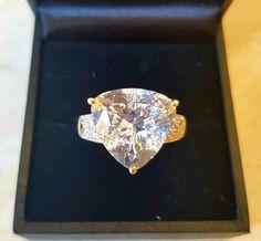 Hoge karaat gewicht kunzite ring met diamanten van de SI  De witte kunzite uit Afghanistan met een karaatgewicht van 7.810 ct en een afmeting van 125 mm in antieke trilliant knippen als centrale steen vergezeld van 14 SI diamanten 1.1 mm bedraagt met een gewicht van 0070 ct in totaal werd opgericht in 375 geel goud.Gewicht 346 gRing maat inwendige diameter 175 mmTotale karaatgewicht 7.88 ctHet stuk van juwelen was afkomstig is uit een eigen gemstone collectie en professioneel gereinigd en…