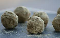 Konfekt: Skovbær-marcipan med lakrids og hvid chokolade | Cute Carbs