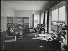 Afbeelding van woning Van den Doel, ca.1958, interieur woonkamer, man en vrouw