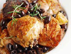 Marokkaanse kip met olijven en citroen wordt veelal gestoofd bereid met behulp van een tajine. In dit recept kiezen wij ervoor om de kip in de oven te bereiden. Ingrediënten: - 1 hele kip - 400 gram aardappelwedges - 1 ingemaakte citroenen - 3 uien (...