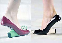 De hak staat bij deze schoenen vlak onder je tenen. Wie weet helpt het wel tegen rugpijn.