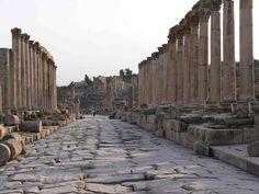 Cardo Maximus.. Sepultada en la arena durante siglos, Jerash, que entre los siglos II y III d.C. fue un poderoso centro romano, nos sorprende hoy por el aspecto escenográfico de su urbanismo y por su excelente estado de conservación.