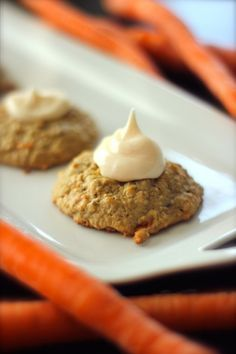 These Carrot Cake Cookies are a MUST for carrot cake lovers You will love the cream cheese frosting So many delicious flavors in one little cookie Cookie Desserts, Easy Desserts, Cookie Recipes, Delicious Desserts, Dessert Recipes, Yummy Food, Cookie Cheesecake, Yummy Yummy, Carrot Cake Cookies