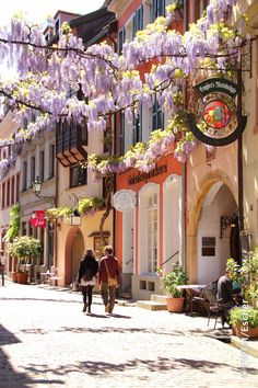 Shopping Expeditions in the Old Town of Freiburg. In the historic old town of Freiburg you can shop beneath the arcades, in the medieval alleyways and at the foot of the cathedral. In the Gaessle you will find small shops with exclusive specialities awaiting discovery.
