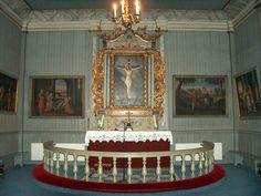 Et alter er der hvor der tit er et billede af Jesus / en statue og der hvor præsten står. alter kom af det latinske ord altus