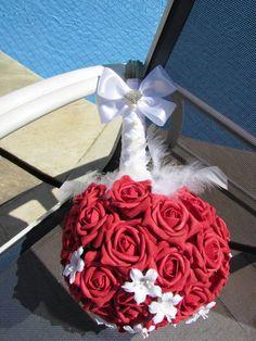 Lindíssimo Bouquet de noiva de rosas vermelhas vivas com: plumas, pérolas e broche em STRASS! bastante detalhe e acabamento impecável!  Bouquet  em e.v.a material exclusivamente confeccionado para trabalhos delicados de espessura fina e delicadas, assim são meus bouquets de rosas em e.v.a com fino toque e aparência de uma rosa verdadeira!  Bouquet contém mini flores brancas em Biscuit! ao todo aproximadamente 15 flores de biscuitpor todo o Bouquet, já as rosas vermelhas somam um total de…