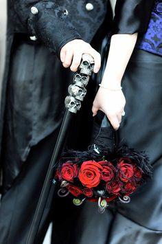 40 Adorable Halloween Wedding Bouquet Ideas Using Black Roses - VIs-Wed - Adorable halloween wedding bouquets ideas using black roses - Skull Wedding, Gothic Wedding, Red Wedding, Wedding Day, Horror Wedding, Cake Wedding, Italy Wedding, Wedding Decor, Bouquet Noir