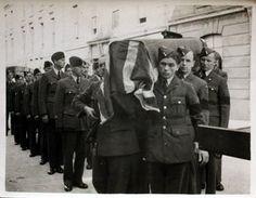 Pohřeb kamaráda - Emil Boček v první řadě Pilots, About Uk, Ww2, Air Force, Photo Galleries, Teen, Military, Memories, Gallery