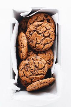 Crispy Chocolate Chip Cookies (Vegan + Paleo) Thin and crispy chocolate chip cookies made with almond butter, coconut sugar, chocolate chips and sea salt. Vegan, flourless, and SO yummy! Baking Recipes, Cookie Recipes, Dessert Recipes, Vegan Recipes, Crispy Chocolate Chip Cookies, Cookies Vegan, Chocolate Chips, Crispy Cookies, Vegan Chocolate