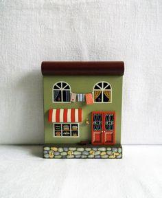 Зачем нужна ключница?Сейчас настенная ключница – декоративная деталь интерьера, которая может быть и красивой картиной, и маленьким домиком и другими необычными предметами. Это оригинальный и красивый подарок для друзей или родных к новоселью.Ключницу можно использовать не только для хранения ключей, но и как вешалку для бижутерии (бусы, цепочки, часики наручные, ремешки можно разместить на…