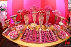 Um pouco de uma mesa de doces com lindas topiairias