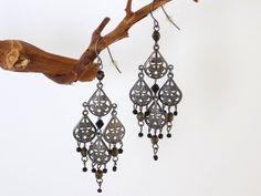 Boucles chandelier gouttes filigrane rhodié perles noires Bijoux Design, Creations, Chandelier, Black Pearls, Gout, Fantasy, Locs, Candelabra, Chandeliers
