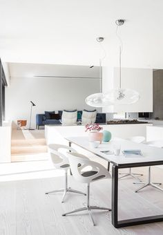 Bright, beautiful and open dining room - the dining table from Bolia is surrounded by Rin-chairs designed by Hiromichi Konno for Fritz Hansen. The pendants are from H2O Viabizzun