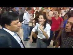 """DEPUTADO É HOSTILIZADO EM AEROPORTO: """"GOLPISTA, GOLPISTA""""; ASSISTA O VÍDEO     O deputado federal Mendonça Filho, do Democratas, foi recepcionado aos gritos de """"golpista"""" ao chegar no Aeroporto Internacional do Recife nesta terça-feira (19). Líder da oposição na Câmara dos Deputados, Mendonça foi um dos parlamentares pernambucanos que votou pelo impeachment da presidente Dilma Rousseff (PT) em Brasília, no último domingo (17)."""