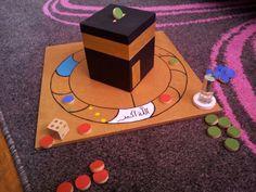 """Salem aleykoum voici un nouveau jeu : le """"JEU DU TAWAF"""" Le principe en gros : le premier qui fait les 7 tours du Tawaf à gagné! le jeu comprend : un plateau de jeu, 21 pions (7x3 par équipes) un dé et une tirelire Kaaba,une petite bouteille de musk. régles..."""