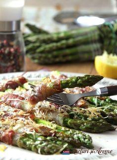 sparanghel învelit în bacon cu parmezan, gătit la cuptor Sprouts, Bacon, Food And Drink, Vegetables, Asparagus, Kitchens, Recipe, Studs, Vegetable Recipes