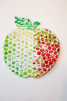 apple craft for back to school or healthy eating. Made with bubble wrap painting OR eraser tip painting! Back To School Art, Back To School Crafts, Apple Activities, Art Activities, Toddler Crafts, Crafts For Kids, Arts And Crafts, Fall Preschool, Preschool Crafts