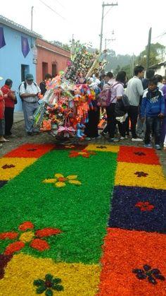 Alfombra de viruta colorida y ventas - Procesión de San Bartolo -Antigua Guatemala en Sacatepéquez