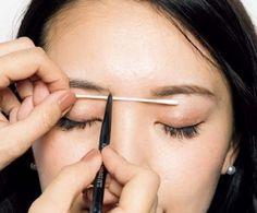 アイブロウ:左右で自眉の形が違う場合…眉頭の高さを左右でそろえる