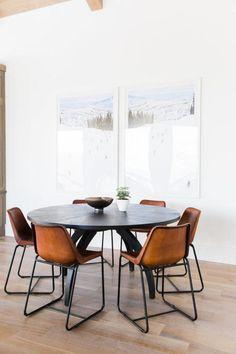table de salle à manger, table ronde avec chaises en cuir marron et métal