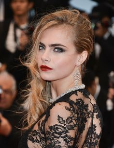 Cara Delevingne proves that smoky eyes and red lips CAN work well together. Hot, hot, hot! #Cannes