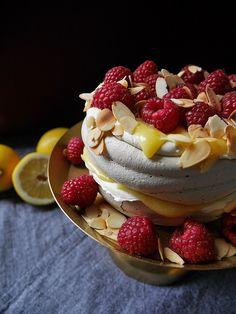 Det här en tårta som man egentligen inte ens behöver kunna baka för att lyckas med. Lemoncurd, busenkelt! Maräng, busenkelt! Vispa grädde, hallå, busenkelt! Släng på lite rostad mandel och färska h…