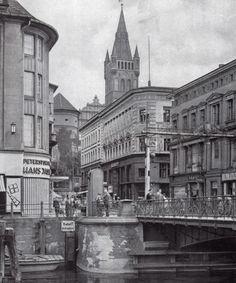Blick in die Königsberger Kantstraße mit dem Turm der Schlosskirche im Hintergrund. Auf der rechten Seite sieht man die Krämerbrücke, die über den Neuen Pregel hinweg den Kneiphof mit dem südwestlichen Bereich der Altstadt verband. Die Krämerbrücke, eine Klappbrücke, wurde nach dem Krieg von den Sowjets durch eine aufgeständerte Hochstraße ersetzt. Foto 1930er Jahre.