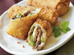 Craigs+Philly+Cheese+Steak+Egg+Rolls  1+package+(17+oz)+beef+roast+au+jus 1+tablespoon+vegetable+oil 1+cup+sliced+fresh+mushrooms+(3+oz) 1+medium+onion,+halved,+thinly+sliced+(1+cup) 1+green+bell+pepper,+cut+into+thin+strips Vegetable+oil+for+deep+frying 8+egg+roll+skins+(from+1-lb+package) 1+egg,+slightly+beaten 8+slices+(1+oz+each)+smok