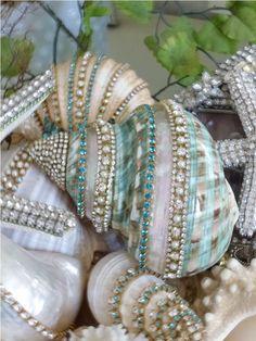 50 Cheap and Easy DIY Coastal Christmas Decorations Ideas - DIY Schmuck Ideen Seashell Painting, Seashell Art, Seashell Crafts, Beach Crafts, Diy And Crafts, Arts And Crafts, Seashell Projects, Mermaid Crafts, Seashell Ornaments