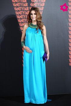 Paloma Cuevas con un vestido túnica de color azul eléctrico con cuello halter.
