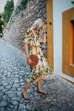 A stylist's guide to a holiday wardrobe. - The Frugality Street Looks, Street Style, Mode Outfits, Fashion Outfits, Summer Outfits, Summer Dresses, Beach Holiday Outfits, Beach Dresses, Floral Dresses