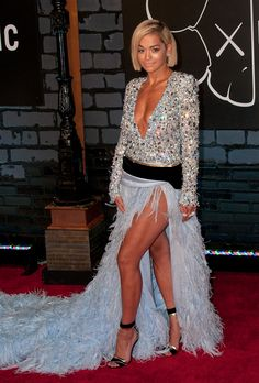 Rita Ora looking stunning at the VMA's with a short, straight blond bob.
