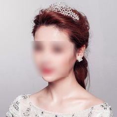 Adoptez cette tiare diadème cristal Flocons pour donner du style à votre coiffure de mariage. Un bijou de cheveux de mariée à fixer à l'aide d'épingles, cet accessoire de mariage sera du plus bel effet dans votre chignon.