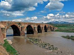 Çobandede köprüsü/Köprüköy/Erzurum/// Aras Nehri üzerindeki tarihi köprüdür. Köprü 13. yüzyıl sonlarında yapılmıştır. Dönemin önemli yapılarından biri olan tarihi köprü, günümüzde koruma altına alındığından kullanılmamaktadır.