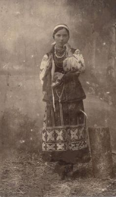 Дівчина в національному Українському одязі, фото поч. ХХ ст.